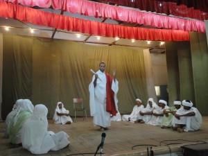 jovens de N. SRa do Socorro encenaram os misterios gloriosos na assembleia de Jovens de N. sra da Graça